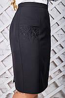 Классическая черная юбка батал с вышивкой и разрезом
