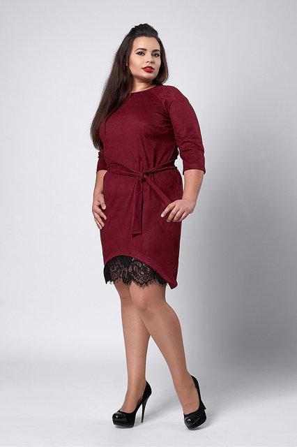 Эффектное платье больших размеров с кружевной вставкой