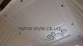 Фотопечать вензеля на белом глянцевом натяжном потолке в спальне.