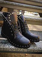 Модные зимние женские ботинки натуральная кожа на низком ходу черные на шнуровке на подошве шипы метал
