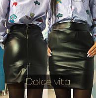 Стильная короткая юбка с эко-кожи черного цвета