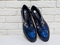 Яркие туфли из лаковой кожи глубокого синего цвета с переливом,