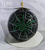 Круглая свеча с точечной росписью паутины с пауком