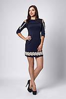 Стильное женское платье украшено кружевом, темно-синее