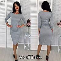 Красивое трикотажное приталенное платье серого цвета