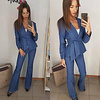 Стильный брючный джинсовый костюм синего цвета