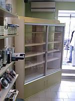 Торговый шкаф-витрина со стеклением и замком