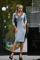 Стильное облегающее светло-серое платье до колен с оригинальной отделкой в спортивном стиле
