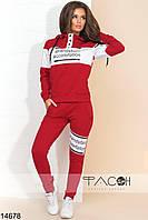 Спортивный костюм: кофта с капюшоном на завязках, штаны на резинке с завязками.
