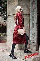 Удлиненное женское пальто стеганное из атласа, цвет марсала