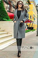 Стильное пальто прямого силуэта с крупными накладными карманами по бокам, декорированное мехом на кармане.