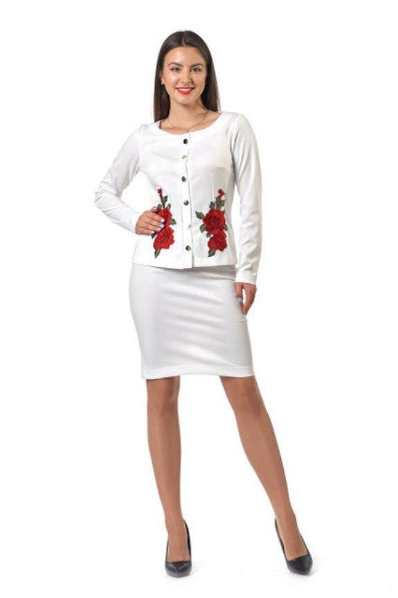 Костюм с вышивкой: белый пиджак и юбка