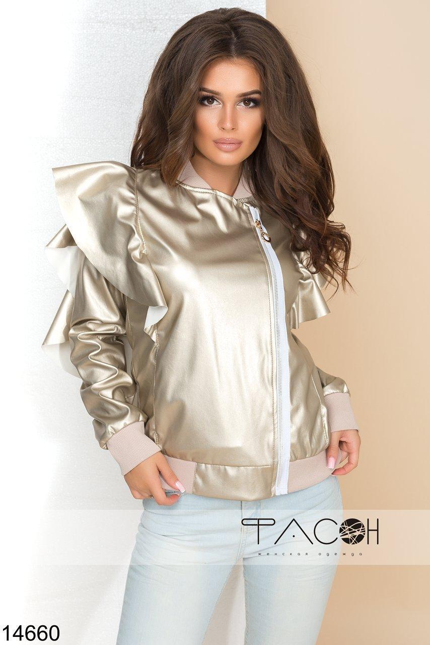Стильная куртка с карманами, декорирована оригинальными воланами по бокам.