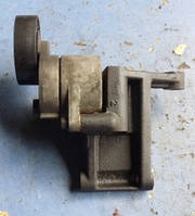 Кронштейн ролика-натяжителя ручейкового ремняKiaCarnival 2.9crdi2002-20060k88r (мотор J3)