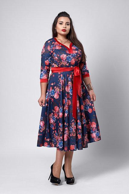 Модное платье из принтованого микро дайвинга с атласным поясом красно-синее   50-54