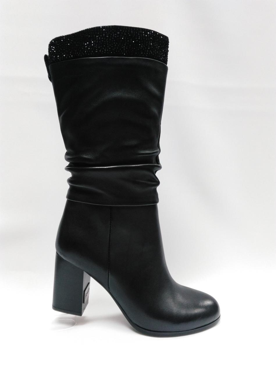 Черные кожаные сапоги .