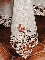Белая скатерть с атласным отливом и вышитыми цветами на раскладной стол.