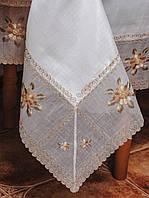 Белая натуральная скатерть размера (160*220 см) с нежной вышивкой.