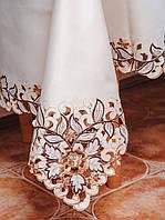 Шикарная атласная скатерть цвета шампань с вышитыми цветами на большой кухонный стол