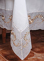 Белоснежная скатерть с органзой по краю и нежной вышивкой на большой стол.