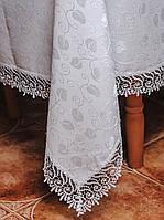 Белая скатерть с кружевом по краю на средний стол