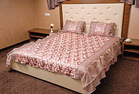 Покрывало шелковое на двуспальную кровать с двумя подушками.