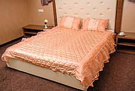 Покрывало с рюшами и подушками на двуспальную кровать