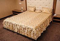 Шикарное покрывало с оборками и подушками на кровать