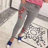 Зауженные джинсы с цветочной аппликацией p-33SH37
