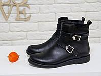 Классические женские Ботинки на низком ходу, выполнены из натуральной кожа черного цвета, украшены двумя кожаными ремешками, Коллекция Осень-Зима