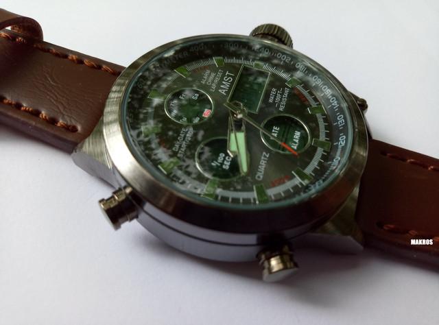 Часы amst имеют комбинированное отображение времени: стрелочное и овое, на циферблате расположены четыре электронных информативных табло, показывающих нужную информацию.