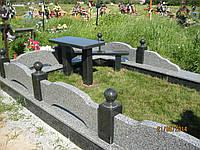 Памятник на три могилы с оградой из серого камня (покостовки)