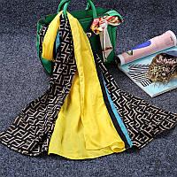 Стильный легкий женский шарф с принтом черного с желтым цвета