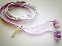 Наушники с микрофоном на молнии и вакуумными амбушюрами. фиолетового цвета