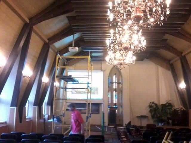 Установка моторизированного экрана и проектора в доме молитв 1