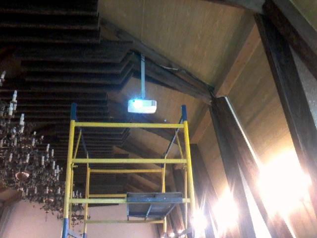 Установка моторизированного экрана и проектора в доме молитв 3