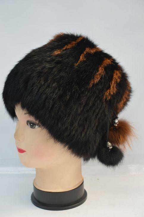 Стильная женская меховая шапка
