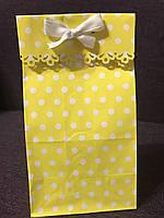 Пакет бумажный для подарка резной 20*9*6,5 см жёлтый в горох