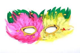 Маска карнавальна з пір'ям та блискітками