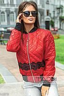 Курточка с контрастными вставками черного цвета на воротнике, манжетах и по низу, декорирована кружевом.