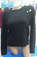 Женский вязанный черный свитер с брошкой
