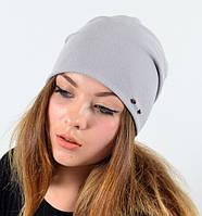 Модная шапка украшена декором