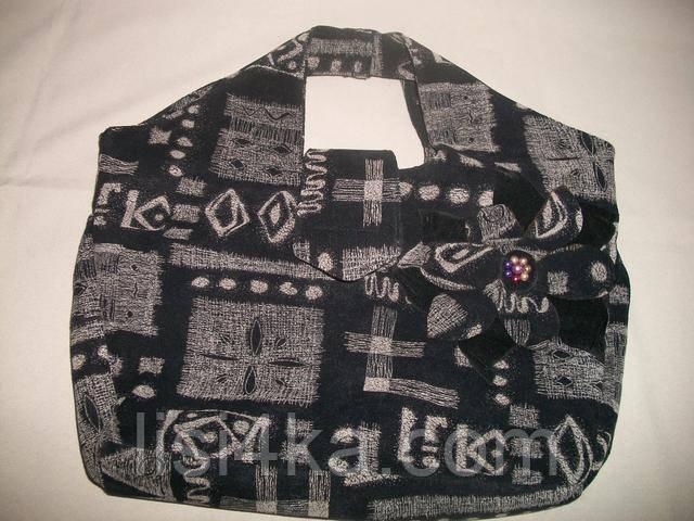 Средняя черная сумка с геометрическим принтом