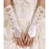 Атласные перчатки белого цвета