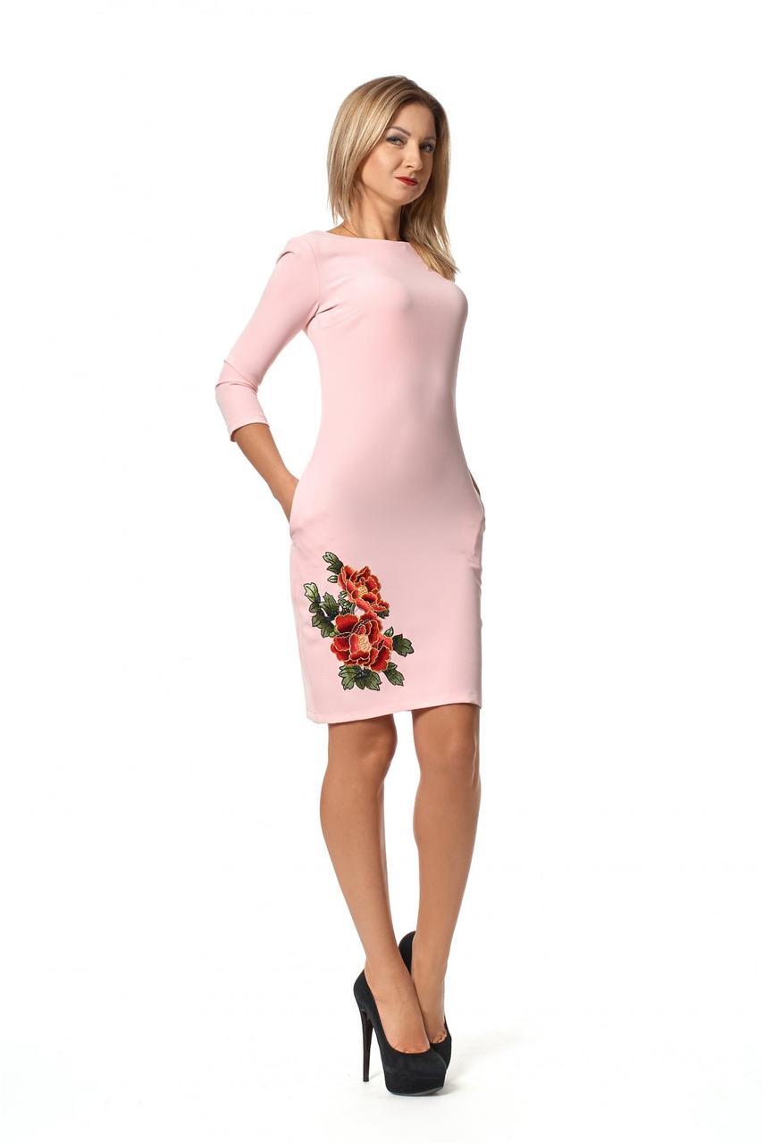 Шикарное приталенное платье - футляр украшено цветами