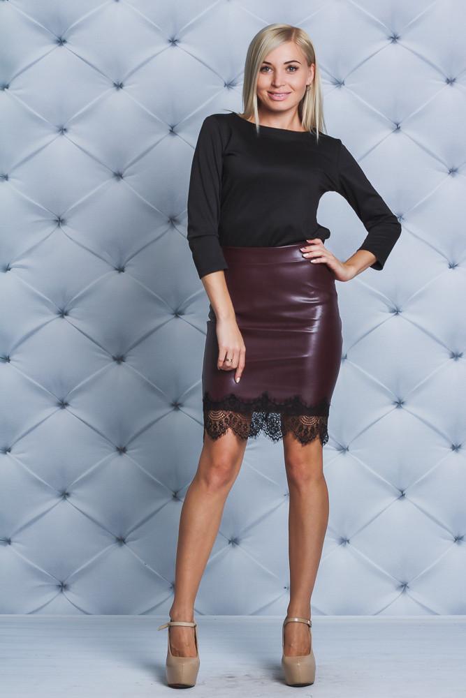 Модная юбка с эко-кожи бордо