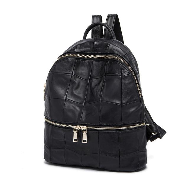e978b8fee548 Стильный женский рюкзак из качественной натуральной кожи. Фурнитура под  цвет золота. Длина лямок регулируется. Есть ручка для подвешивания или  переноски.
