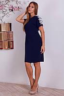 Синее однотонное платье с белым ажурным кружевом на рукавах