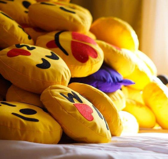 Подушки та іграшки Emoji UA