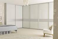 Белый угловой шкаф-купе с декоративными вставками